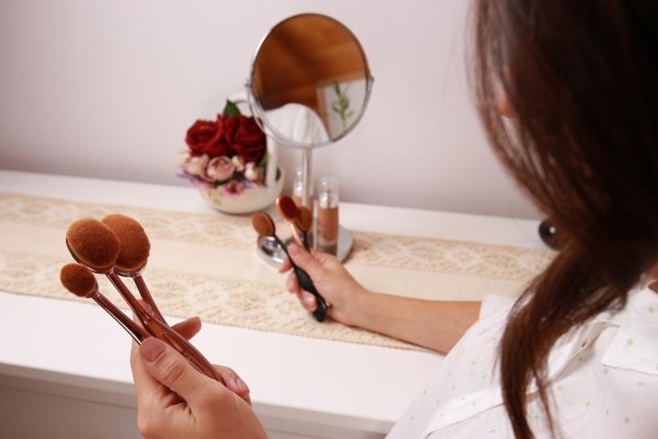 contouring-essentials-crown-brush-amalia-avram-glamupdate-makeup-brush-1
